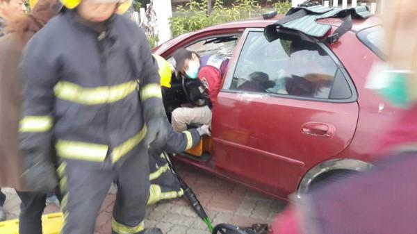 枋山分隊想辦法救出受困車內的女駕駛。(記者陳彥廷翻攝)