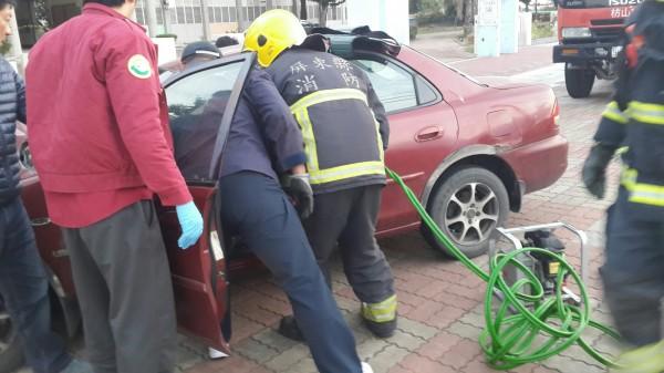 屏東縣消防局枋山分隊出動破壞器材,救出受困車內的女駕駛。(記者陳彥廷翻攝)