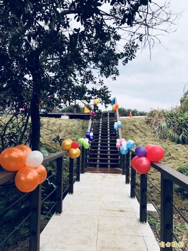 石門幸福步道全長135公尺,只要走上20分鐘 就可以抵達台灣最北端的富貴角。(記者葉冠妤攝)