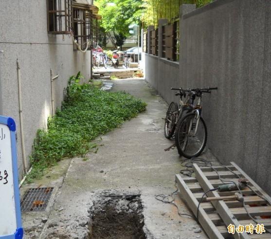 新竹市政府制訂的違章建築強制拆除收費自治條例經過修正後,未來若是因污水下水道工程或是災後搶救工程及公共工程所需,經市府認定後,建築所有人可免負擔。未來將可提高下水道的用戶接管率,讓不願配合拆除後巷違建的用戶,也能讓公權力強制執行。(記者洪美秀攝)