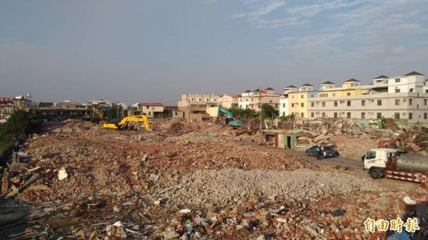 南市安南區大同平價住宅拆除作業,預定1月底完成。(記者洪瑞琴攝)