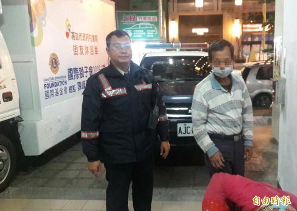 王姓街友(右)感謝警方協助。(記者黃旭磊攝)