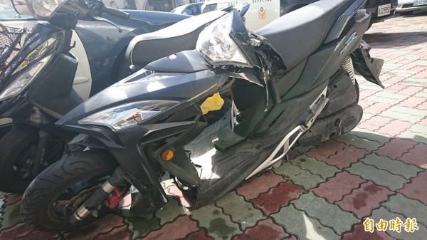 陳姓男大生的機車被撞到對折。(記者王捷攝)