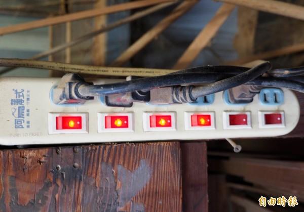 耗電量大的電器,最好不要插在同一組延長線的插座上。(記者陳鳳麗攝)