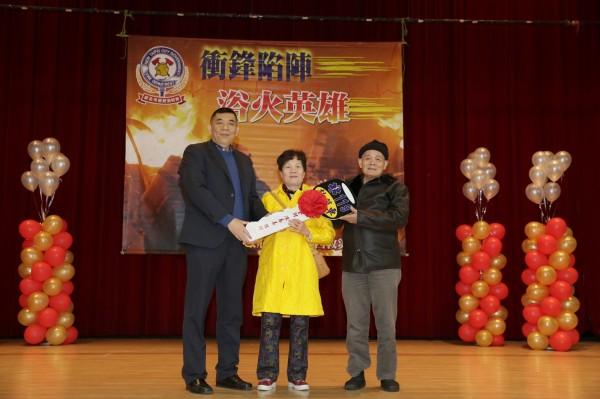 消防局長黃德清(左)表揚陳春美(中)捐贈深坑消防分隊大台北地區第一台四輪傳動救護車。(記者陳薏云翻攝)