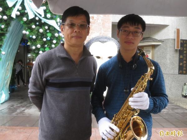 縱使兒子張家睿(右)先天條件不如人,父親張耀裕(左)仍用心栽培學音樂,讓他取得街頭藝人證照與一技之長。(記者劉濱銓攝)