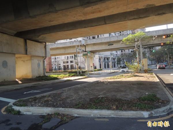 竹北市民代表余政達表示,高鐵橋下六家五路2段的中央分隔島太大,恐影響行車視距和轉向,建議縮小規模,以利行車順暢。(記者廖雪茹攝)