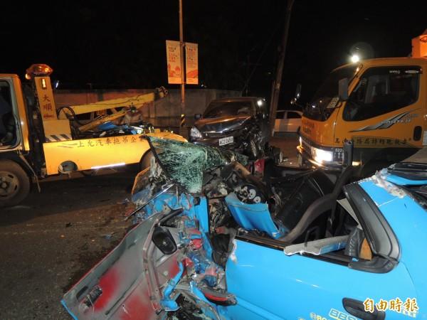 屏東市建國路12日晚間發生自小客車對撞車禍,造成1死4傷,肇事藍色自小客車嚴重變形,現場一片狼籍。(記者李立法攝)
