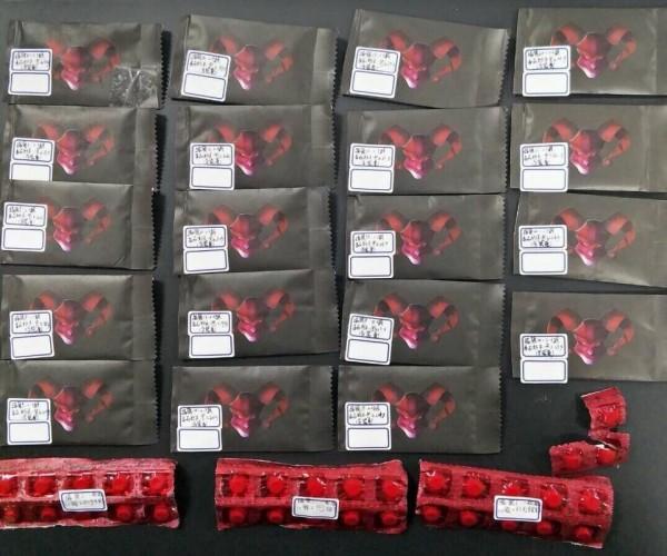 警方在楊男車上,找到毒品咖啡包19包及一粒眠33顆。(記者黃文瑜翻攝)