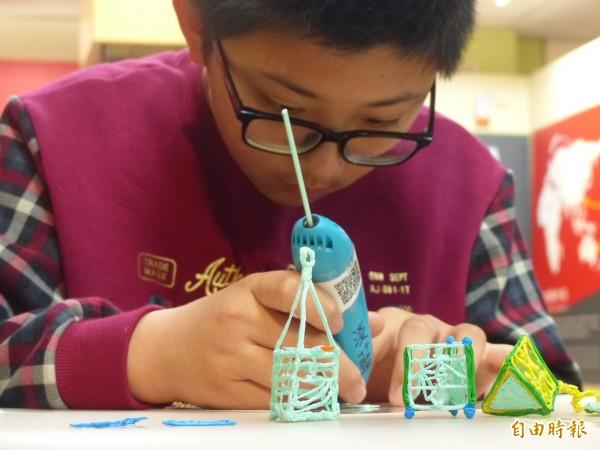 同學參加自造教育及科技中心資訊教育成果展,學習使用3D雕塑技巧。(記者吳正庭攝)