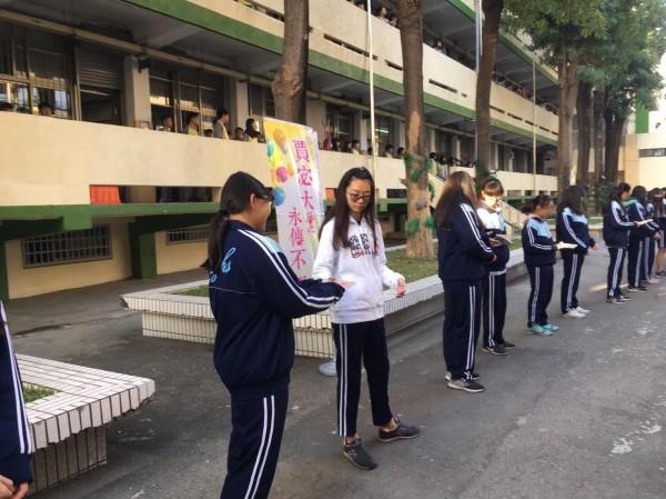東港高中學生人力接龍傳書。(記者陳彥廷翻攝)