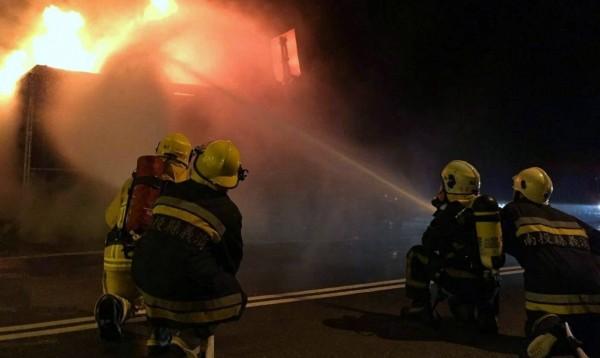 集集消防分隊獲報發生火燒車事故後,火速出動水箱車前往灌救,並在半小時內將火勢撲滅,但駕駛已燒成一具焦屍。(記者謝介裕翻攝)