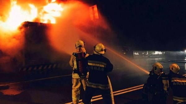 南投縣台16線集集隧道口路段發生火燒車意外,消防人員拉水線灌救情形。(記者謝介裕翻攝)