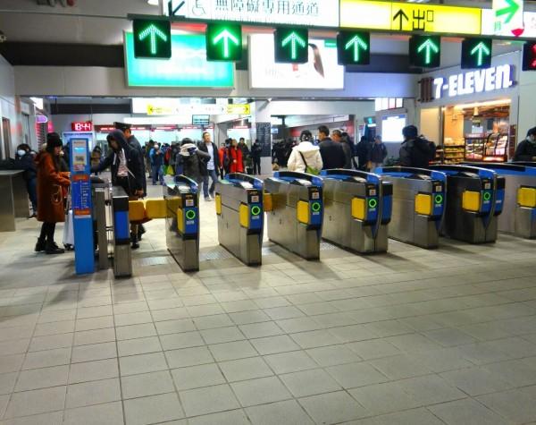 持台鐵車票走自動閘門出站,下週一(15日)起將不再回收。(圖:台鐵局提供)