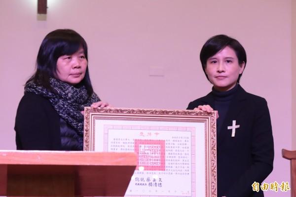 文化部長鄭麗君向王攀元家屬頒發總統褒揚令,肯定王一生對藝文界的奉獻。(記者林敬倫攝)