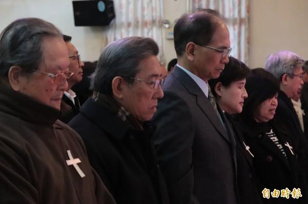 今日的安息禮拜典禮,鄭麗君(右3)、前行政院長游錫堃(右4)、作家黃春明(左1)及立委陳歐珀等人均出席。(記者林敬倫攝)