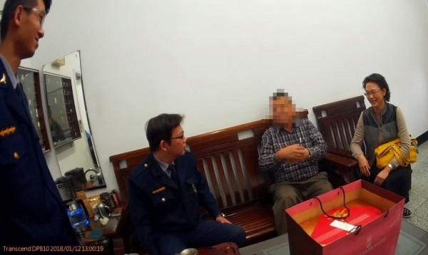 獲救的68歲楊男(右二)無恙後,由妻陪同向警方道謝。(記者黃良傑翻攝)