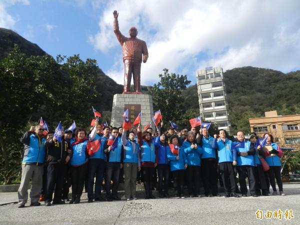 藍營人士今早到碧砂漁港蔣經國銅像前追思。(記者林欣漢攝)