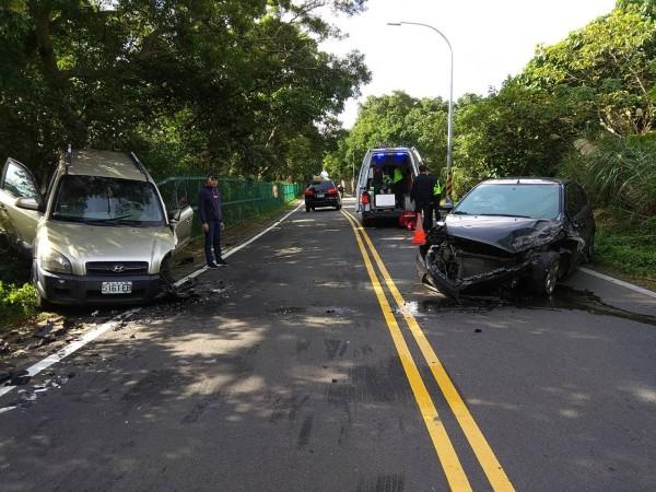 新北市淡水區坪頂路上午10時許發生一起嚴重車禍,休旅車與轎車發生擦撞,兩車車頭嚴重凹陷。(記者王宣晴翻攝)
