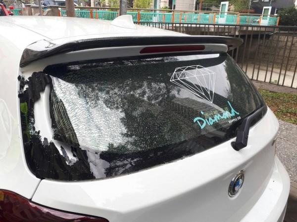 被陳男揮舞皮帶導致擋風玻璃破裂的自小客。(記者許國楨翻攝)(記者許國楨攝)