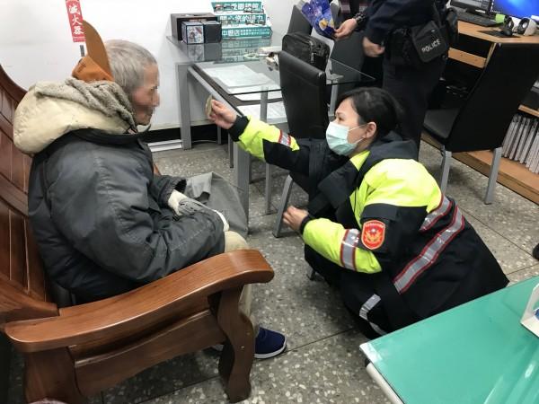失智的賴姓老翁身懷10萬迷路,幸好遇到警方及時伸援協助與家人團聚。(記者周敏鴻翻攝)