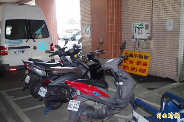 雲林縣環保局全縣設置291站簡易充電站,方便電動機車充電。(記者林國賢攝)