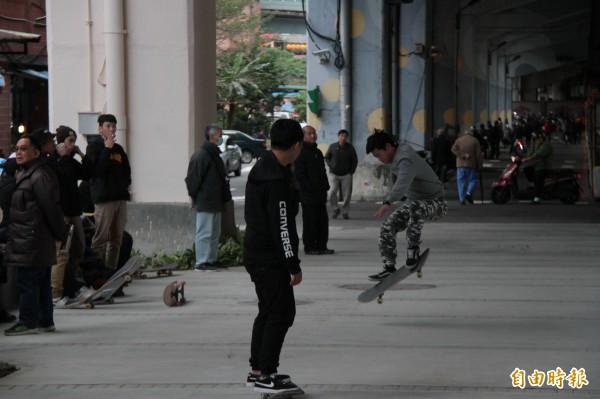 基隆市政府活化國道一號高速公路橋下空間設置極限運動場地,已有不少滑板玩家前來體驗。(記者林欣漢攝)