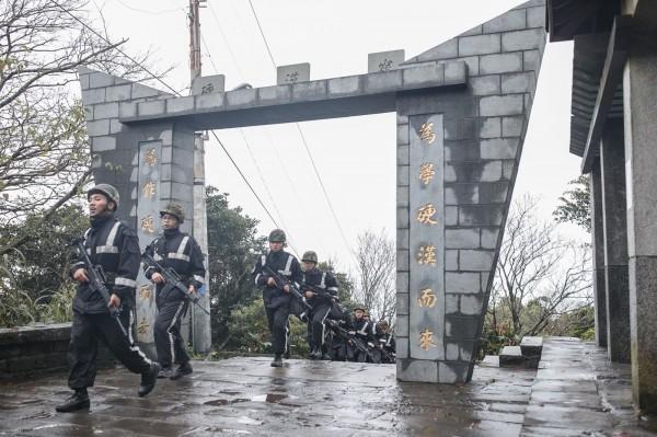 憲兵訓練中心的125名學員日前挑戰硬漢嶺行軍。(圖:軍聞社提供)