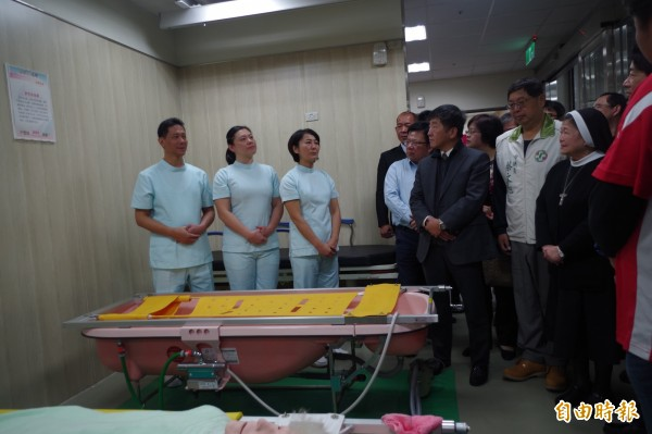 行政院長賴清德今到嘉義市訪視「聖愛家園」,照護員反映希望能提高薪資待遇、留住人才。(記者王善嬿攝)