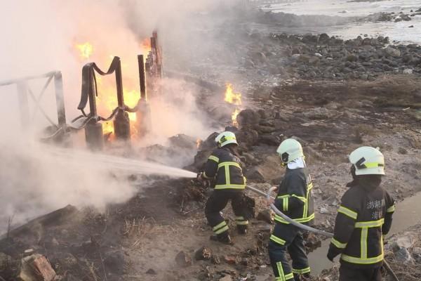 消防隊員接獲通報,趕往現場救火。(西嶼鄉長許月里提供)