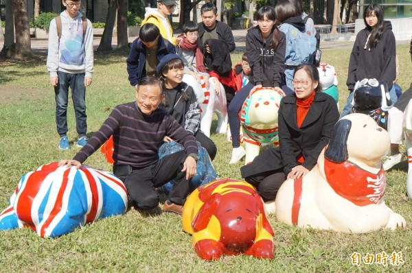 斗六市長謝淑亞(前排右1)希望彩繪狗能為斗六帶來旺旺的喜氣。(記者詹士弘攝)