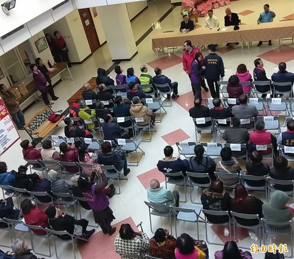 南投縣民眾服務社結合慈善團體共同舉辦「寒冬送暖、歲末傳愛」活動,場面溫馨、熱鬧。(記者謝介裕攝)