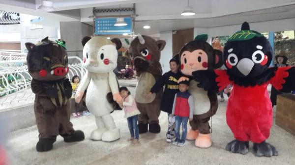 台灣野豬、白面鼯鼠、台灣水鹿、台灣獼猴、朱鸝(左起)5種鳥獸化為人形布偶,在知本森林遊樂區製造歡樂。(記者黃明堂翻攝)