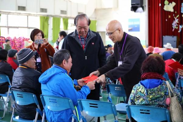 正覺同修會理事長陸大元,今天將關懷金,逐一發贈給受贈戶。(圖由基金會提供)