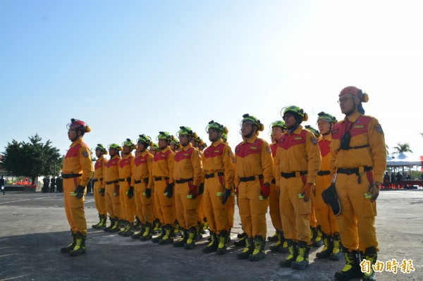睽違18年終成軍的「花蓮縣特種搜救隊」,今舉行授旗儀式,是全台第19支特搜隊伍,共有32名特搜人員。(記者王峻祺攝)
