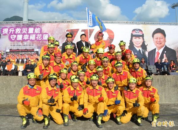 花蓮縣消防局今早在花蓮市德興運動場舉辦119消防節慶祝活動,身兼花蓮義消總隊長的縣長傅崐萁,為新成軍的特搜隊授旗。(記者王峻祺攝)