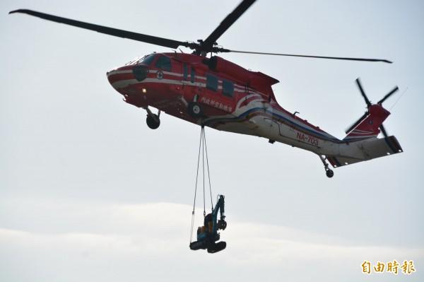今年甫服勤的紅鷹直升機,也結合花蓮特搜隊進行災區緊急救援演練。 (記者王峻祺攝)