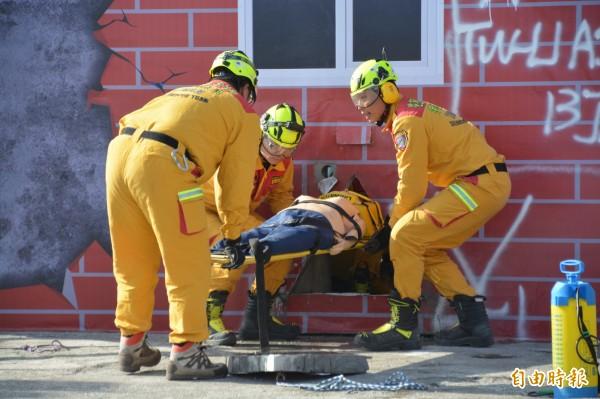 花蓮特搜隊今在119消防節慶祝活動中,進行破壞建築緊急救援演練。(記者王峻祺攝)