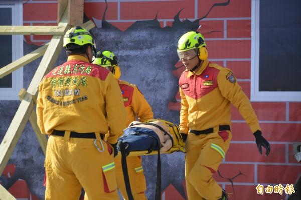 花蓮搜救隊員今進行破壞建築體,將受困者安全救出的救援演練。(記者王峻祺攝)