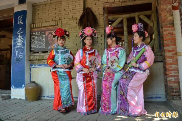 學甲老塘湖藝術村今日舉辦「模特兒古裝攝影美拍活動」,在古早味氛圍下,襯托古裝美女的古典風姿。(記者王涵平攝)