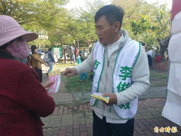 民進黨台南市長初選參選人李俊毅辦愛心園遊會,發園遊券。(記者黃文瑜攝)