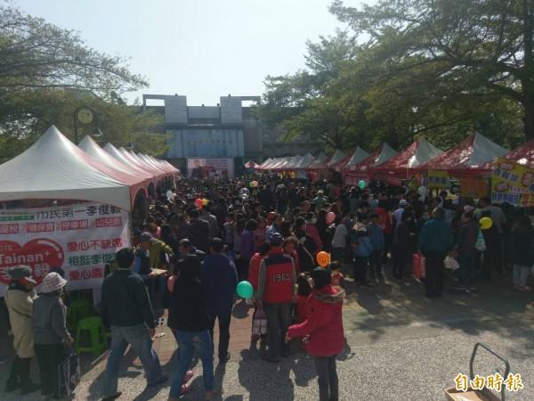 李俊毅辦愛心園遊會,希望所得能突破60萬元,全數捐給參與擺攤的16個慈善團體。(記者黃文瑜攝)