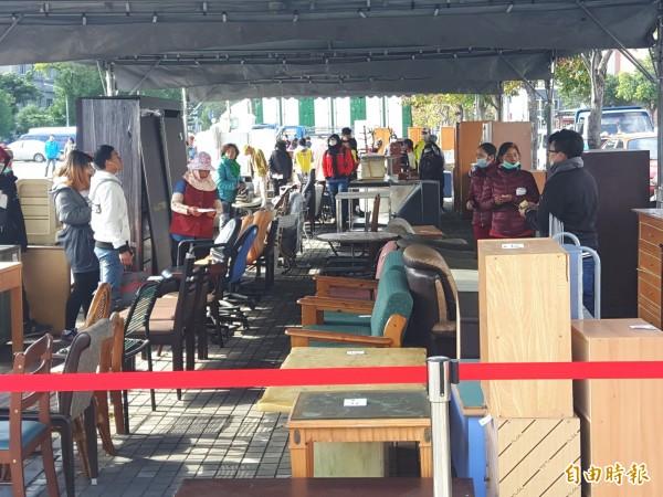 二手家具拍賣,吸引許多民眾前往挖寶。(記者陳賢義攝)