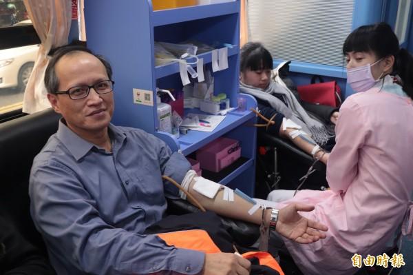 宜蘭縣政府消防局兩百多人及義消在119消防節前夕「挽袖捐血」,讓愛傳千里。(記者林敬倫攝)