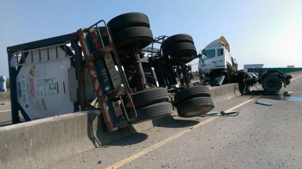 台61線西濱快速道路口湖段今天發生化學槽車自撞分隔島翻覆意外。(記者黃淑莉翻攝)