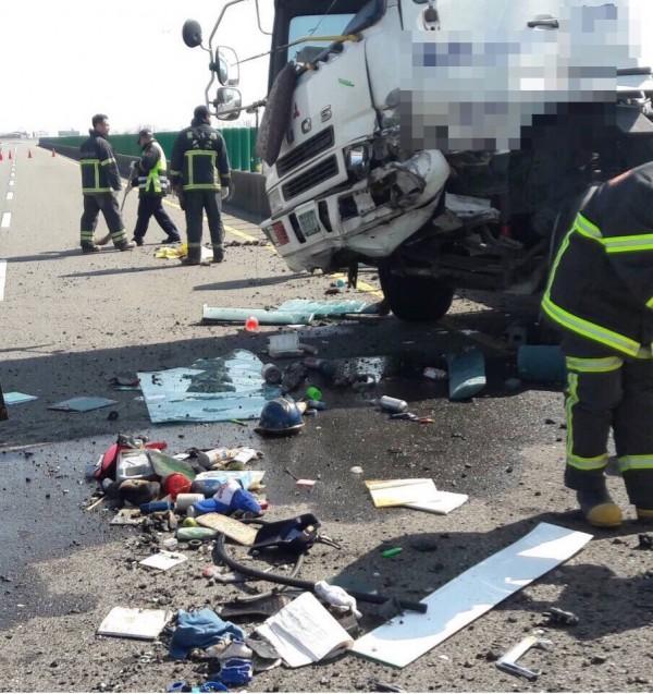 由於撞擊力道猛烈,分隔島的號誌、車輛碎片散落滿地,柏油路面也被刮出100公分凹洞。(記者黃淑莉翻攝)