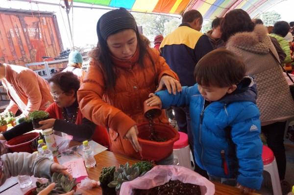 在老師指導下,親子共同完成多肉植物盆栽。(張雅旻服務處提供)