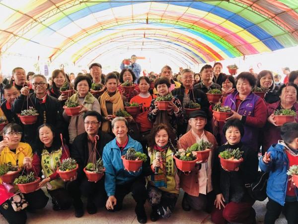 民眾手拿自己完成的多肉植物植栽,一起合影。(張雅旻服務處提供)