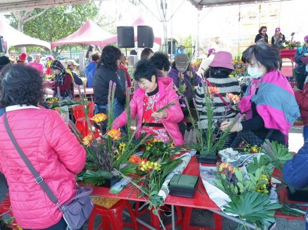 民眾也在現場學習插花。(台中市農業局提供)
