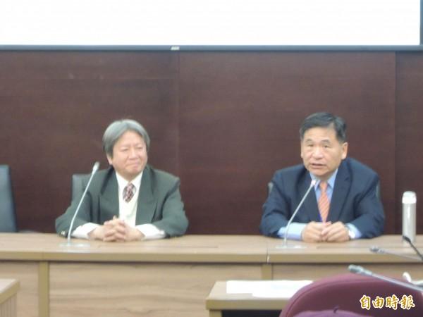 前中山醫學大學校長賴德仁(右),說明參選政見。(記者黃旭磊攝)